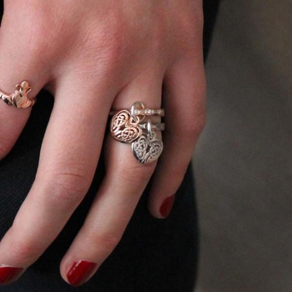 anel com pingente com coração duplo
