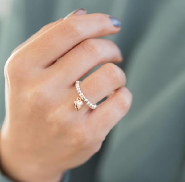 anel com pingente com coração e pérolas