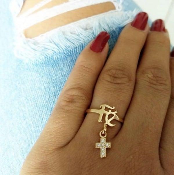 anel com pingente com estrela e nome
