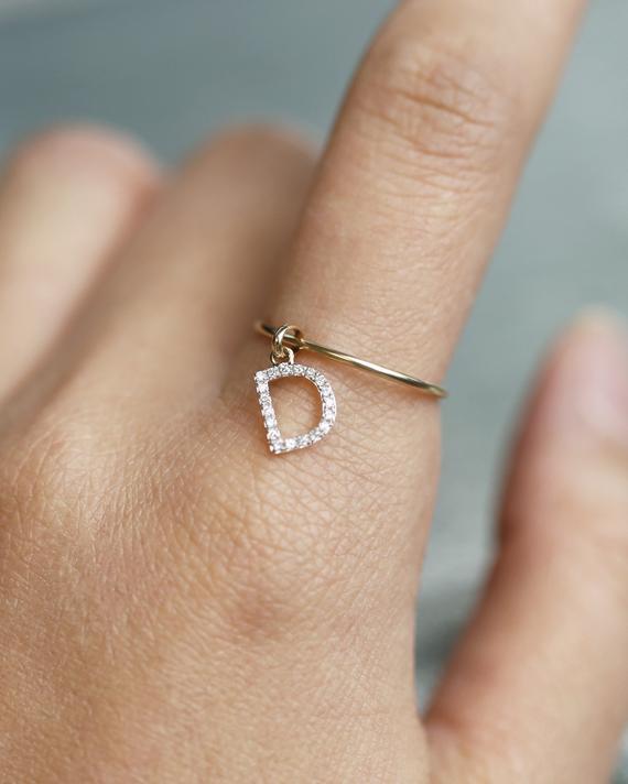 anel com pingente com letra