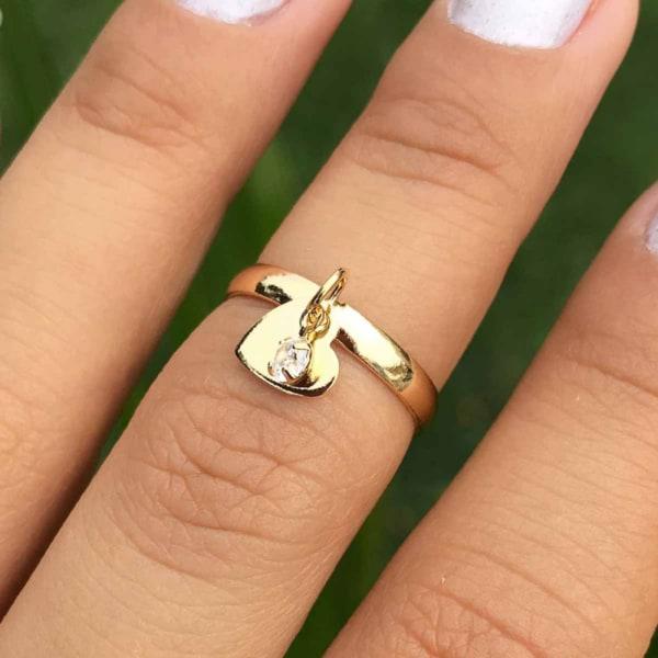 anel com pingente coracao e pedra
