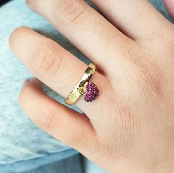 anel com pingente coracao roxo