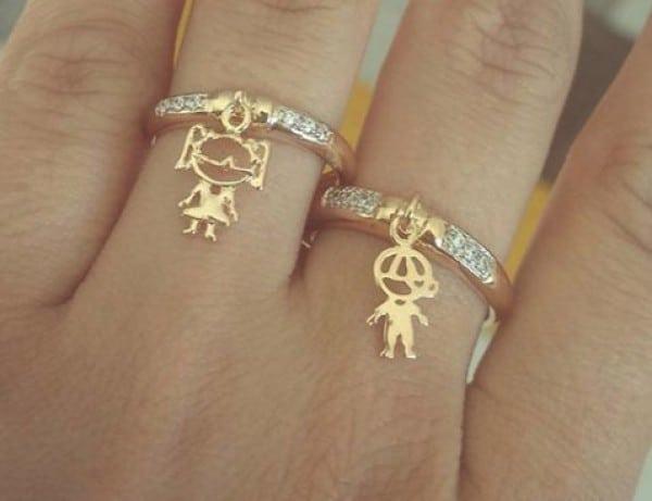 anel com pingente de filho e filha