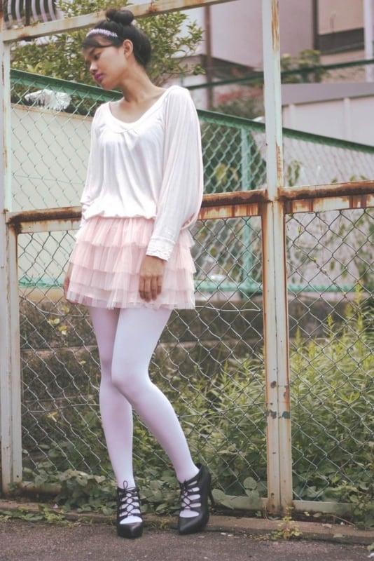 meia calça branca com saia de babados