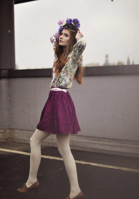 meia calça branca com saia e blusa floral