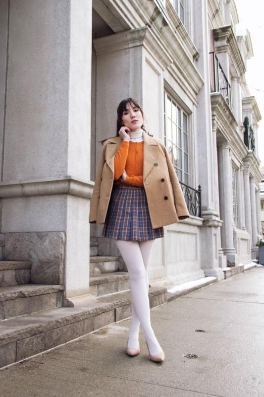 meia calça branca com saia xadrez