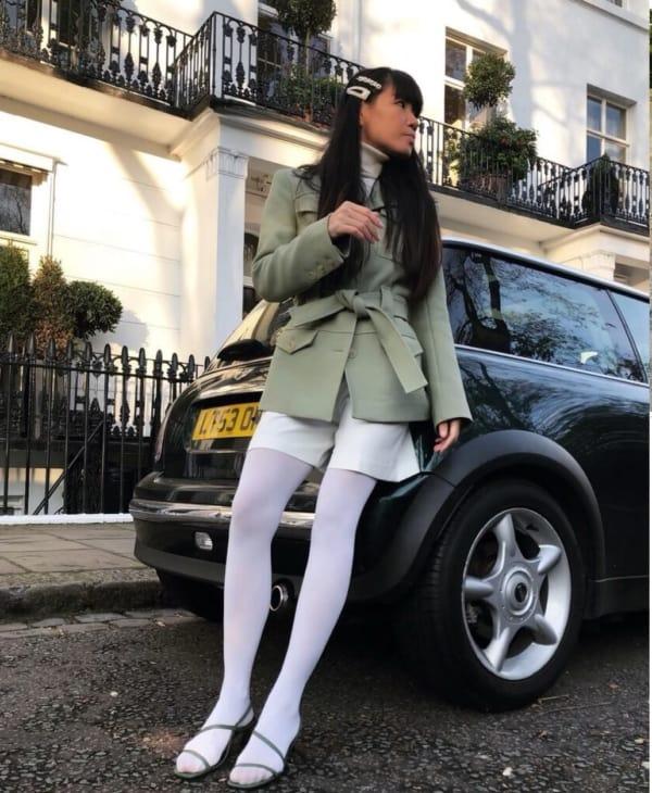 meia calça branca com short e sandalia
