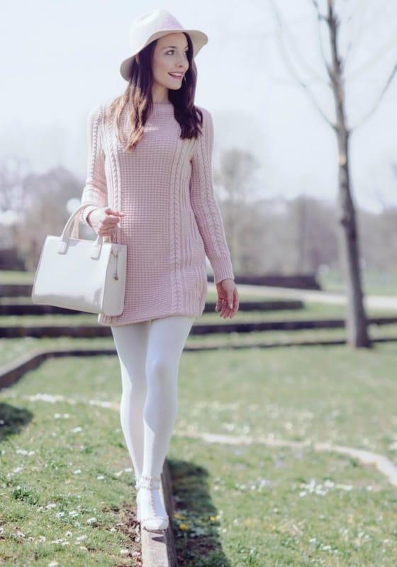 meia calça branca com vestido de crochê