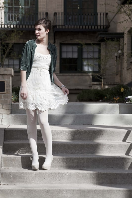 meia calça branca com vestido de renda