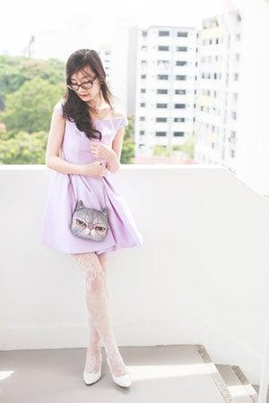 meia calça branca com vestido lilas