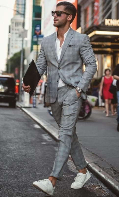 tênis branco masculino com terno cinza