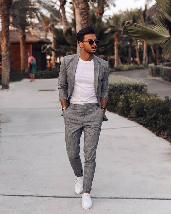 tênis branco masculino com terno giz