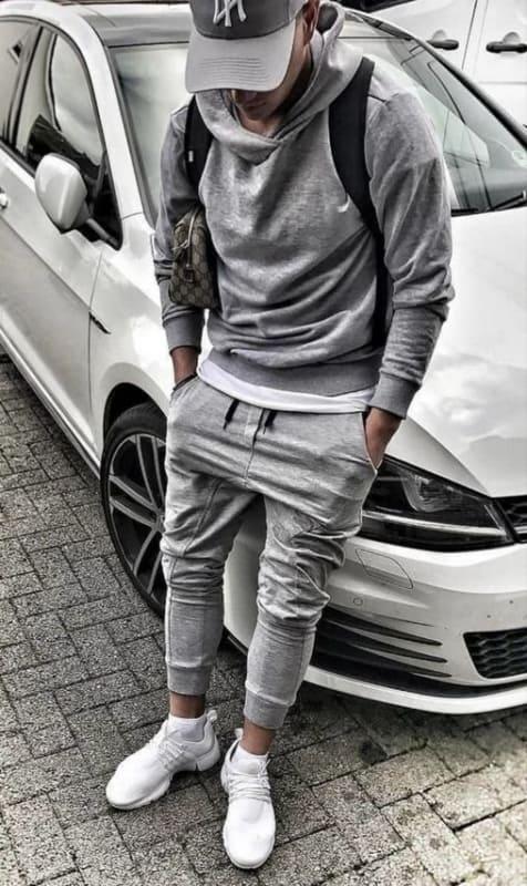 tênis branco masculino em look cinza