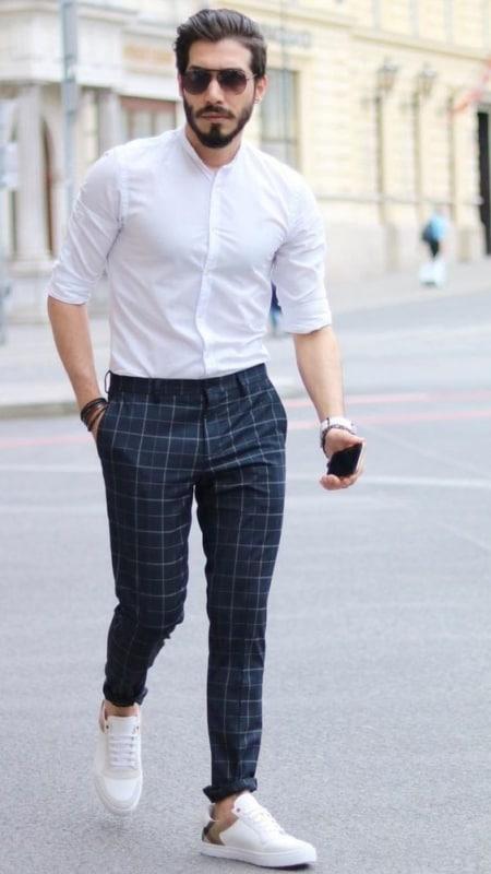 tênis branco masculino em look formal simples
