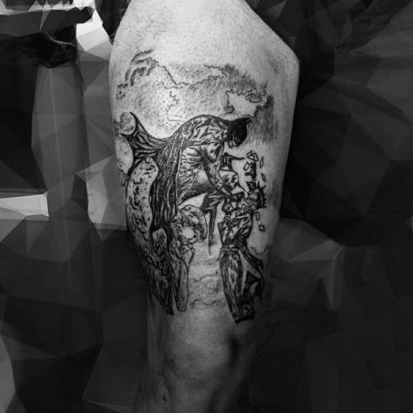 tatuagem Batman desenhada na perna