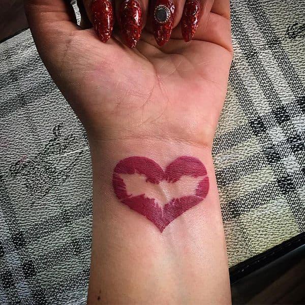 tatuagem Batman feminina no pulso