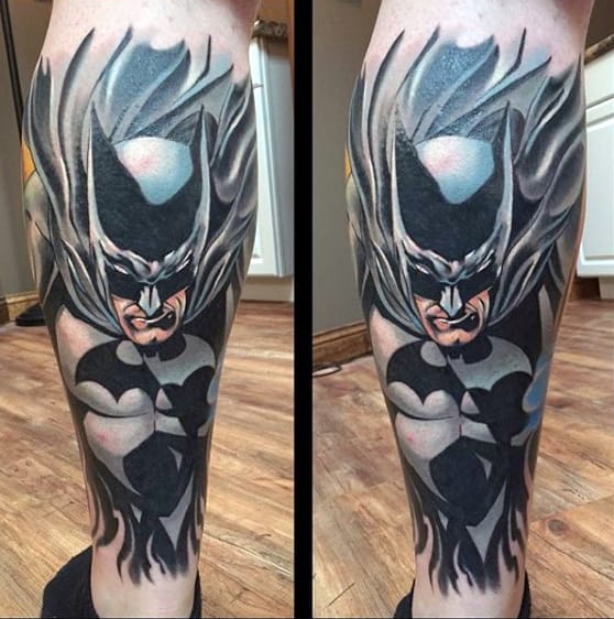 tatuagem Batman na perna colorida