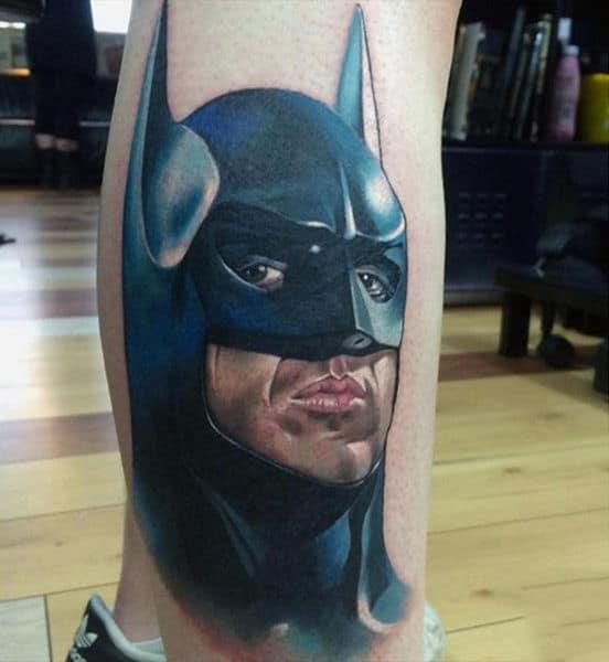 tatuagem do rosto do Batman na perna