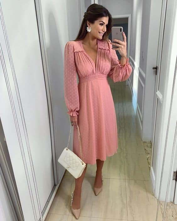 look com vestido midi rosa de mangas longas