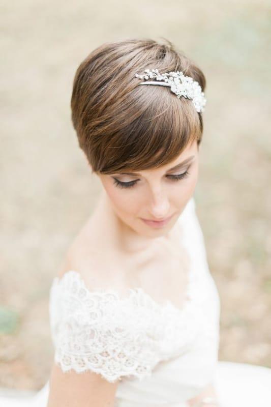 noiva com cabelo curtinho e tiara