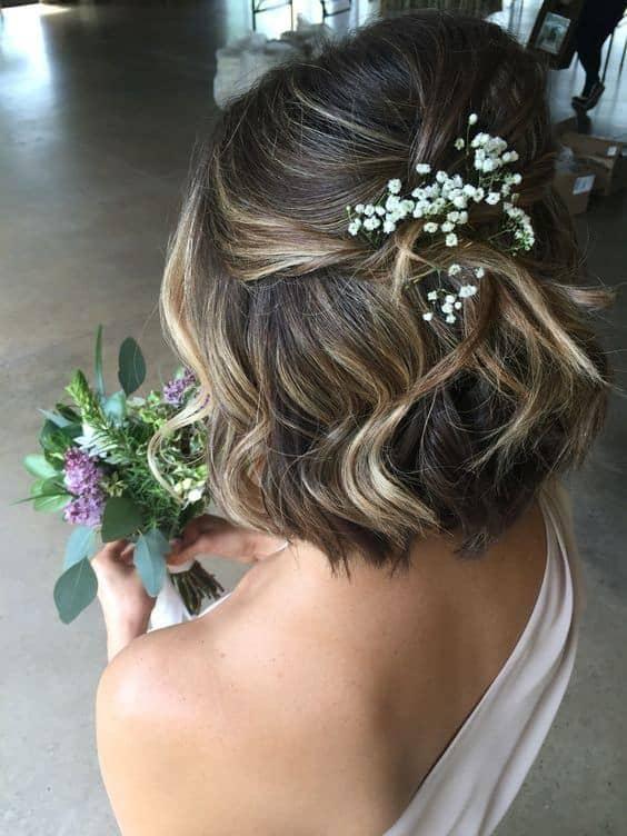 penteado semi preso de madrinha de casamento com cabelo curto