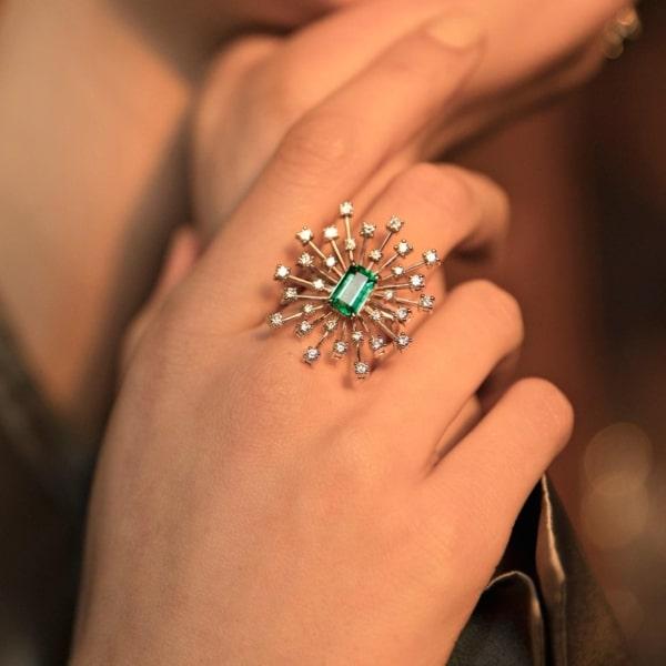 anel grande e delicado com esmeralda