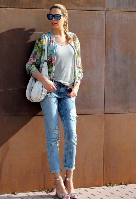 look com calça jeans e sandália prateada de salto bloco