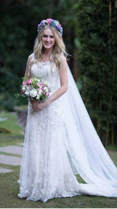 noiva com coroa de flores e véu longo