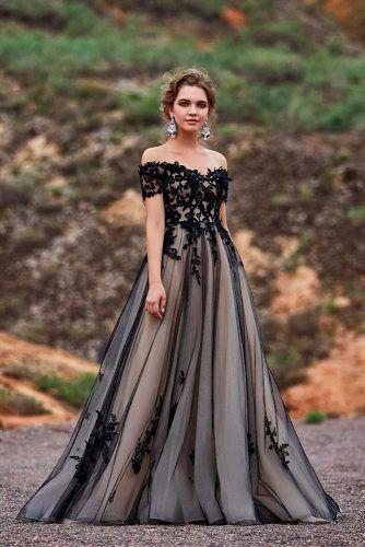 noiva com vestido de tule preto e fundo claro
