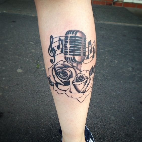 tatuagem com clave de sol e microfone