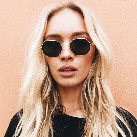 look feminino com óculos hexagonal pequeno