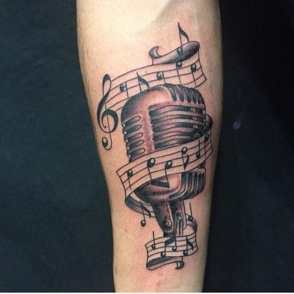 tatuagem com notas musicais e microfone