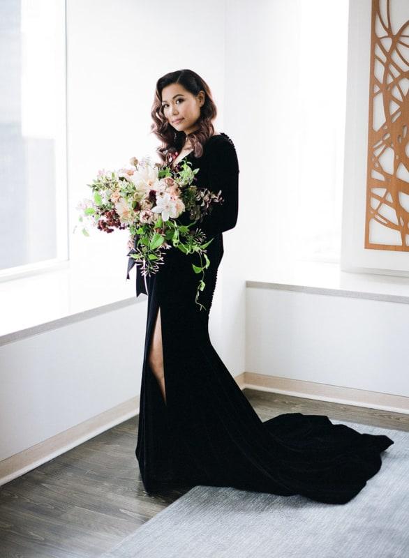 noiva com vestido de veludo preto