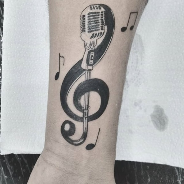 tatuagem preta e branca com clave de sol