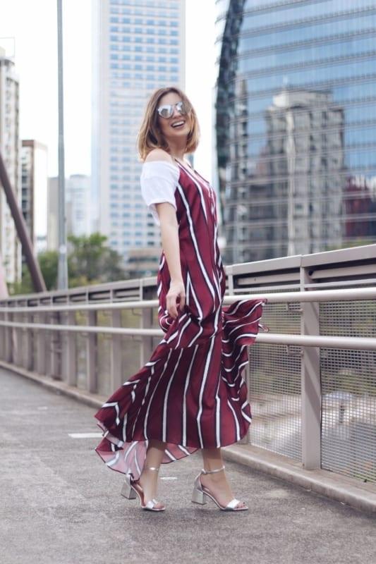 look com vestido longo e sandália de salto baixo prata