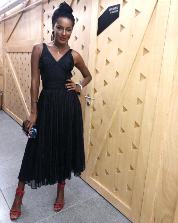 look com vestido midi preto e sandália vermelha