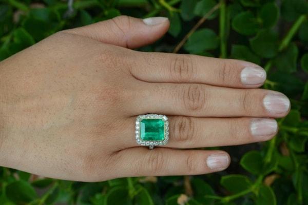 modelo de anel feminino com esmeralda grande