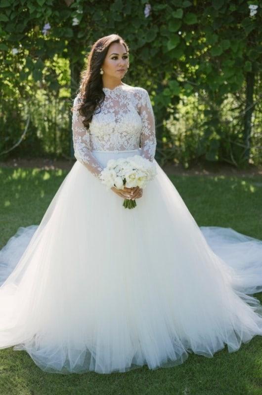 noiva com vestido de manga longa e saia rodada em tule