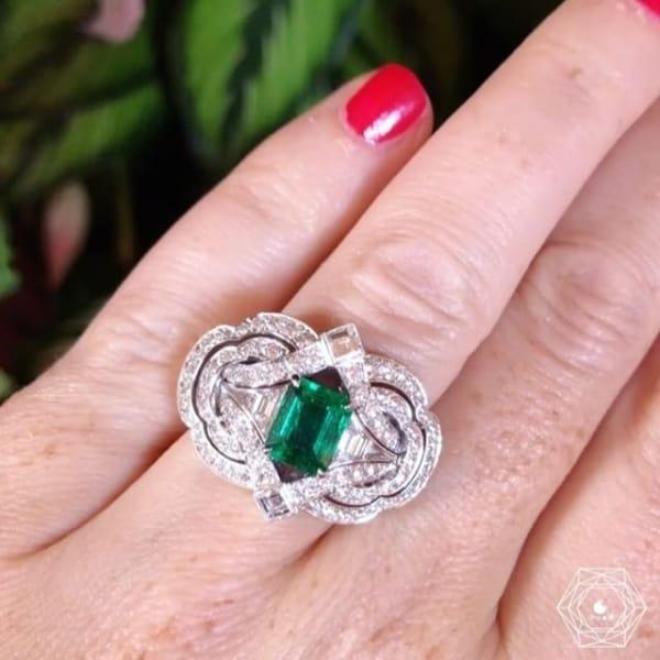 anel grande feminino com esmeralda