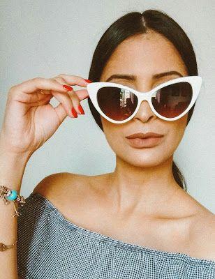 look feminino com óculos de sol de armação branca