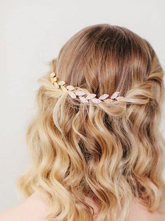 penteado de madrinha de cabelo curto com acessório de cabelo