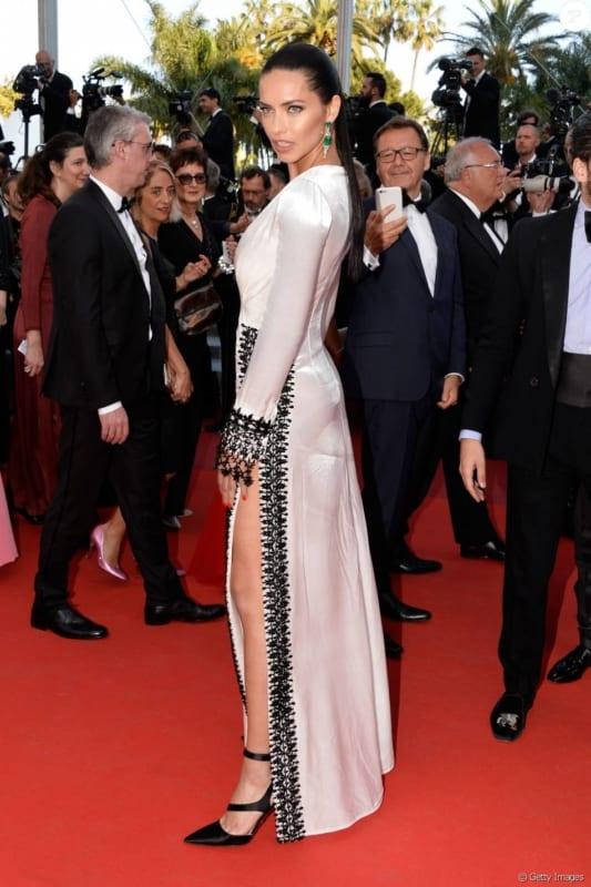 Super modelo Adriana Lima desfilando brincos de esmeraldas no tapete vermelho