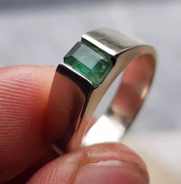 anel masculino com pedra preciosa