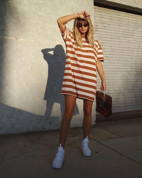 look tumblr com blusa listrada e tênis branco