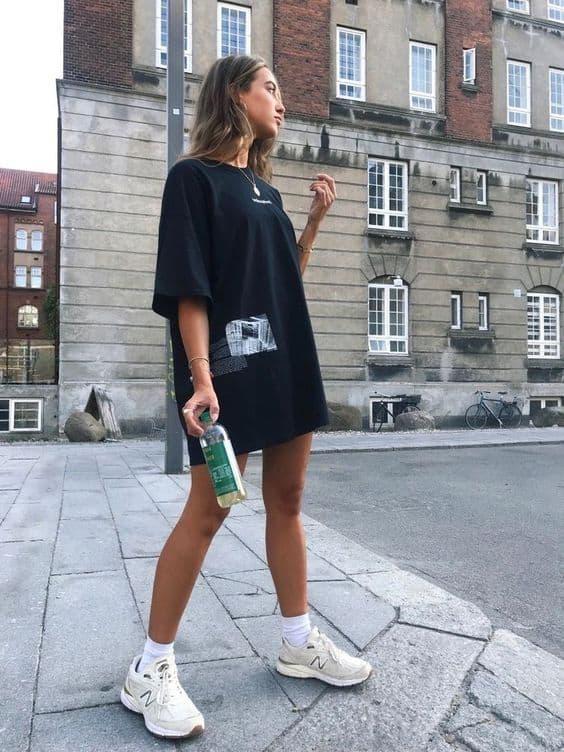 estilo tumblr com blusa oversized e tênis