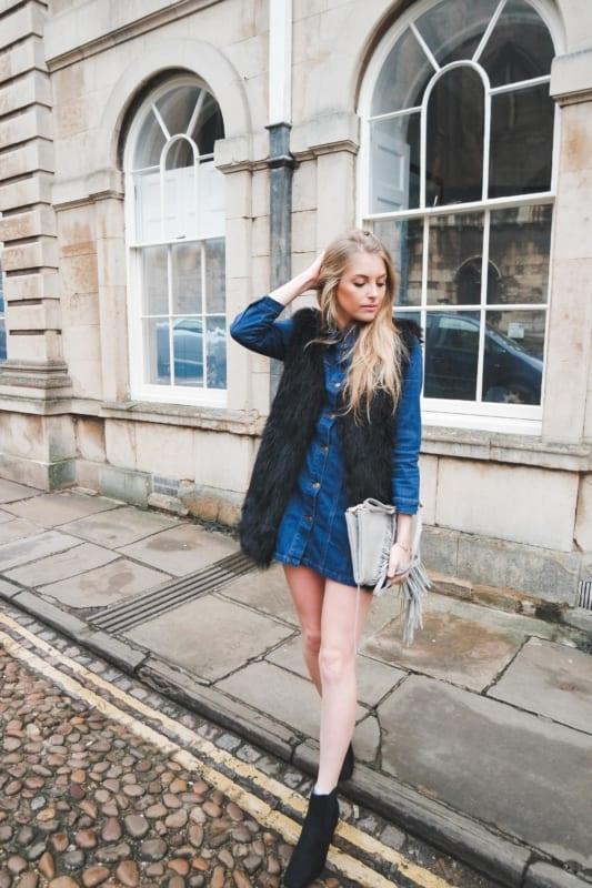 look de inverno com vestido jeans e colete de pelo