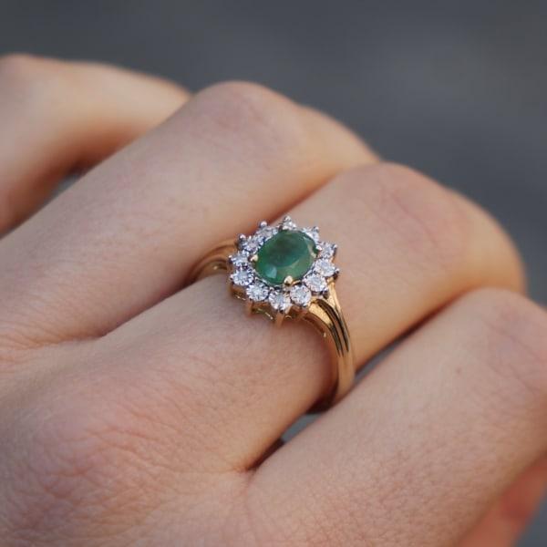 anel de ouro amarelo com esmeralda e diamantes