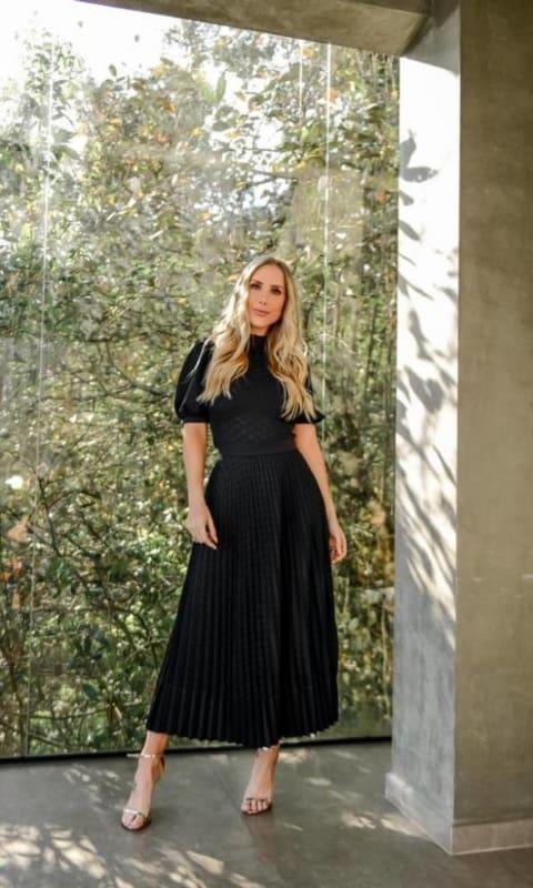 noiva com vestido midi preto