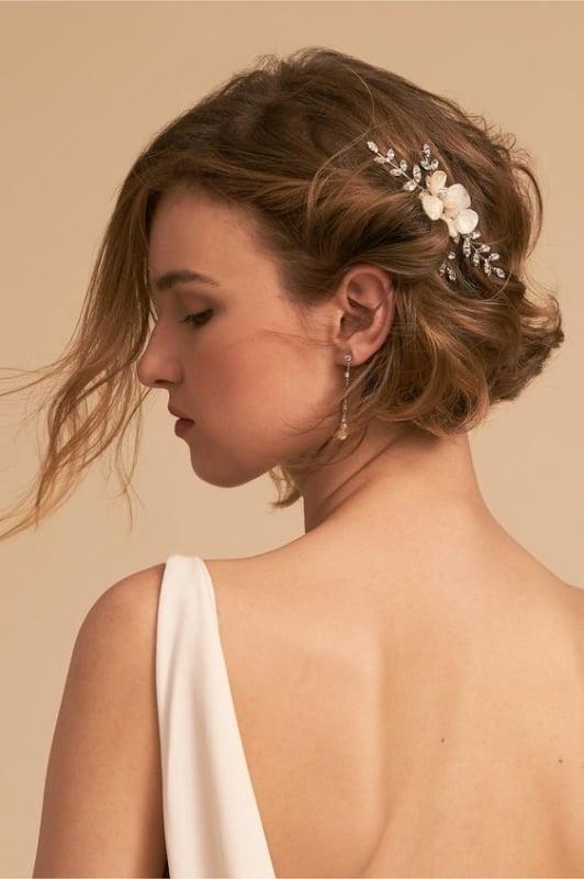 penteado de noiva solto para cabelo curto com acessório