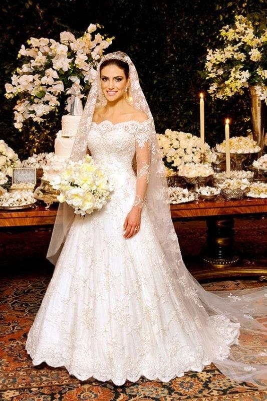 noiva com vestido rodado de renda e véu longo
